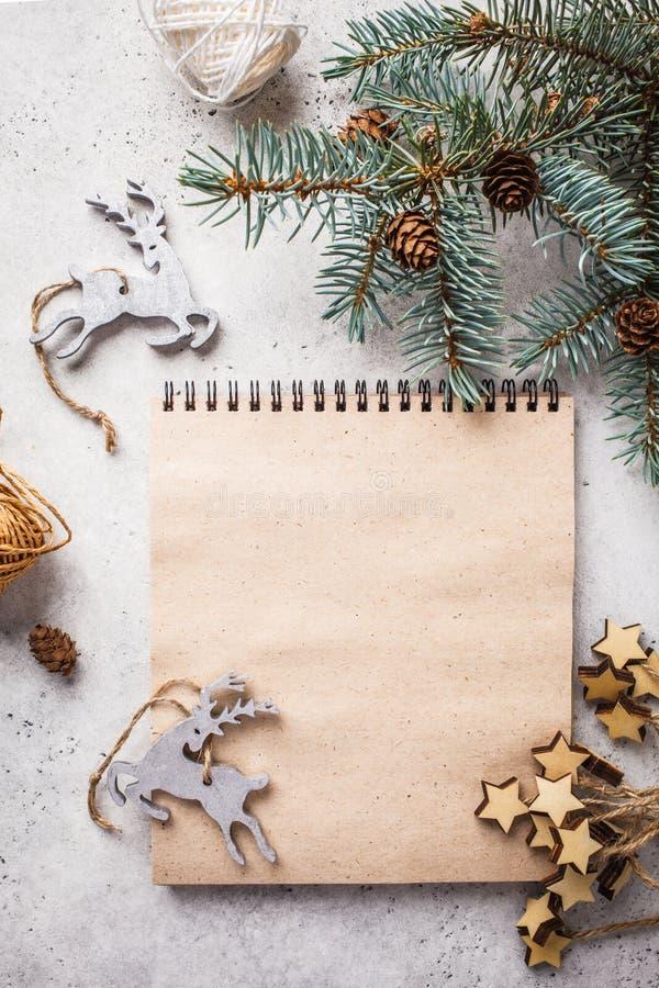 Julbakgrund med julgranen och notepaden Jul s?nker lekmanna- royaltyfri foto