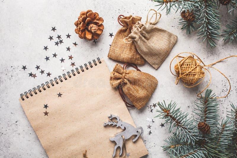 Julbakgrund med julgranen och notepaden, kopieringsutrymme för text arkivbilder