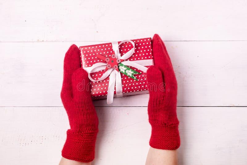 Julbakgrund med lägenheten för bakgrund för nytt år för ask för gåva för kvinnlig röd tumvantehåll för händer den lekmanna- härli fotografering för bildbyråer