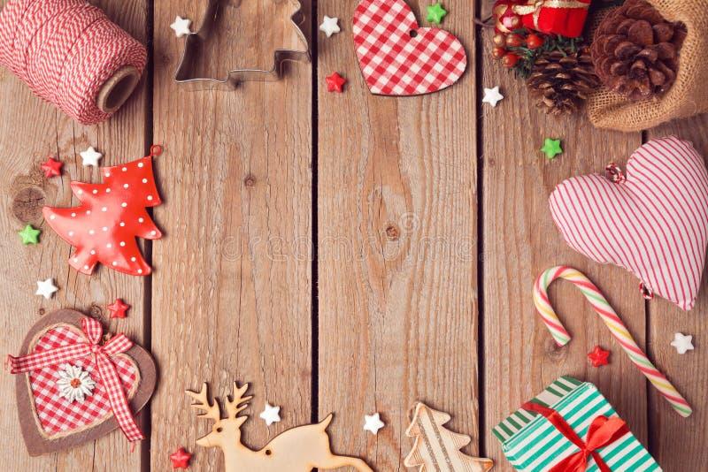Julbakgrund med lantligt julpynt på trätabellen ovanför sikt arkivfoto