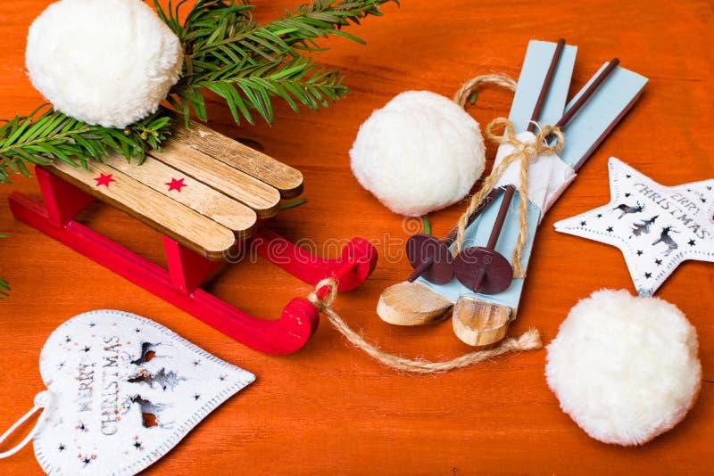 Julbakgrund med miniatyrskidåkning, åka släde, vissnar platser, säsongsbetonad jul, nytt år och vintergarneringar fotografering för bildbyråer