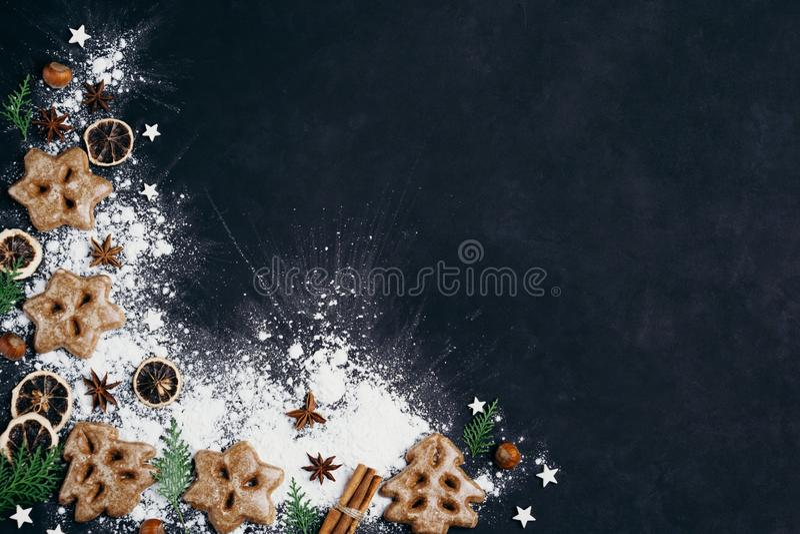 Julbakgrund med pepparkakakakor fotografering för bildbyråer