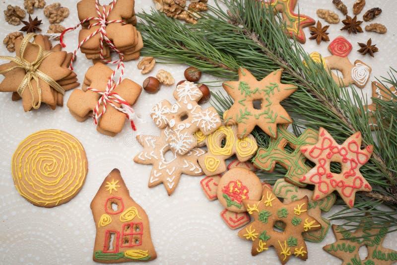 Julbakgrund med pepparkakakakor på tabellen arkivbilder