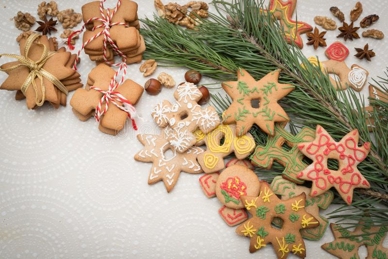 Julbakgrund med pepparkakakakor på tabellen arkivbild