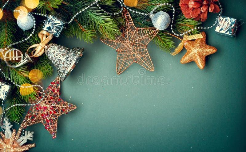 Julbakgrund med retro utformade struntsaker arkivfoto