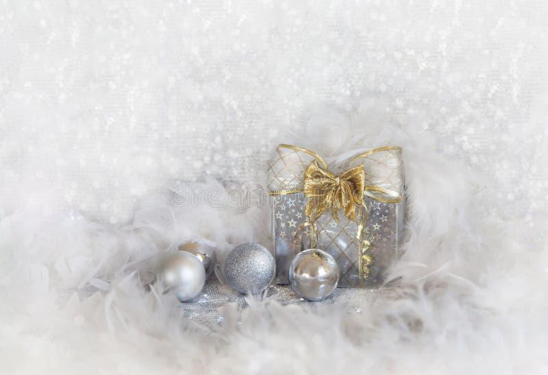 Julbakgrund med snöflingor och silverbollar royaltyfri fotografi