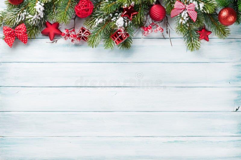 Julbakgrund med snögranträdet royaltyfria bilder