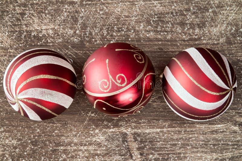 Julbakgrund med tre röda bollar arkivbild