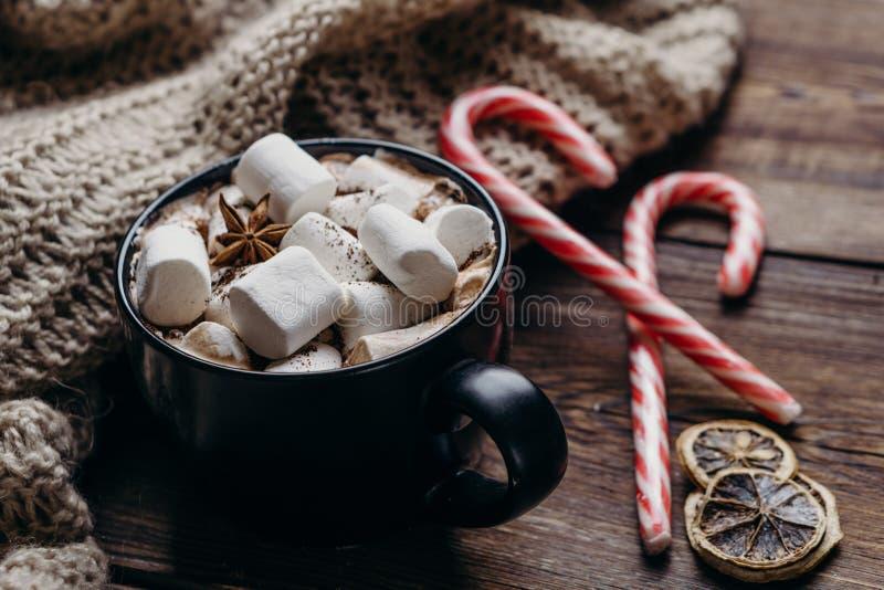 Julbakgrund med varm choklad och sötsaker arkivbilder