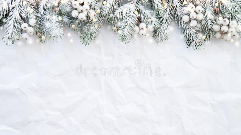 Julbakgrund med xmas-trädet på vit knövlade bakgrund Hälsningkort för glad jul, ram, baner arkivfoton