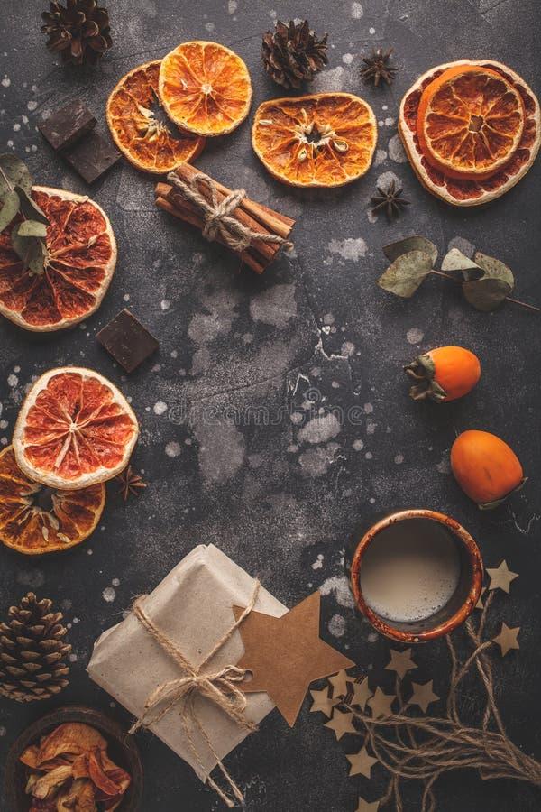 Julbakgrund på mörker Lekmanna- julmatlägenhet, bästa sikt, arkivfoton