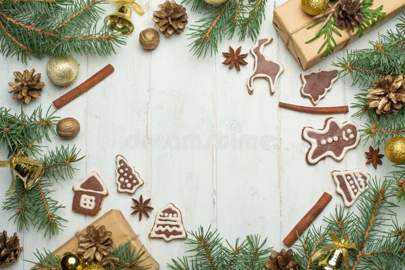 Julbakgrund på vita träbräden med kex och gåvor, julkakor arkivfoto