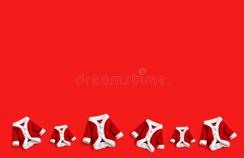 Julbakgrund Santa Claus Saint Nicholas sex kortkort täcker dräkter som vita manschetter lägger framlänges modellen isolerade färg royaltyfri foto