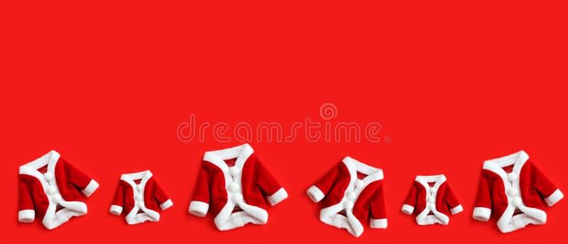 Julbakgrund Santa Claus Saint Nicholas sex mini- lag som dräkten kostymerar vita manschetter lägger framlänges, det isolerade fär royaltyfri foto
