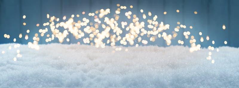 Julbakgrund, snö med bokeh mot blått arkivbild