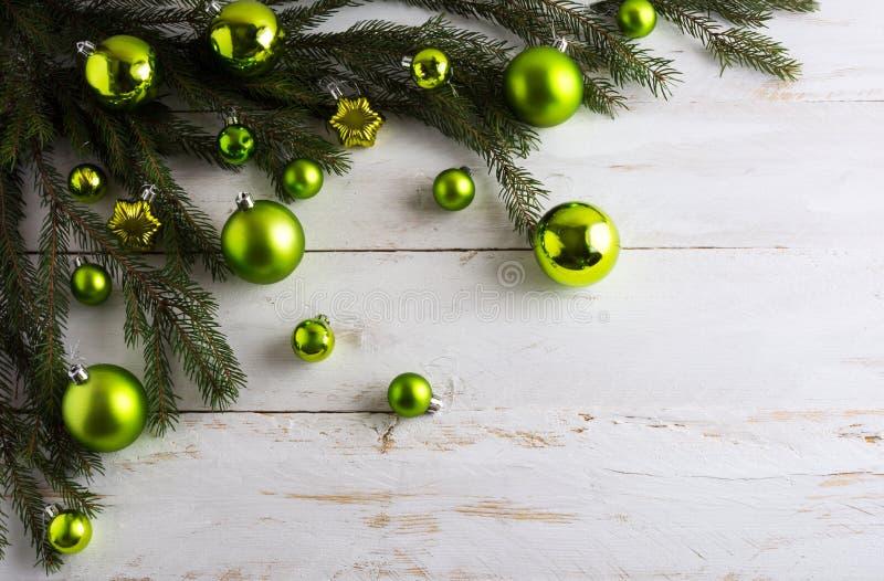 Julbakgrund som dekoreras med grönt hänga för struntsak arkivfoton