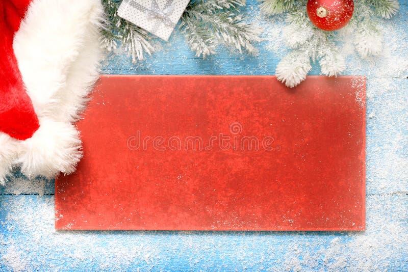 Julbakgrundsgräns med den Santa Claus hatten fotografering för bildbyråer