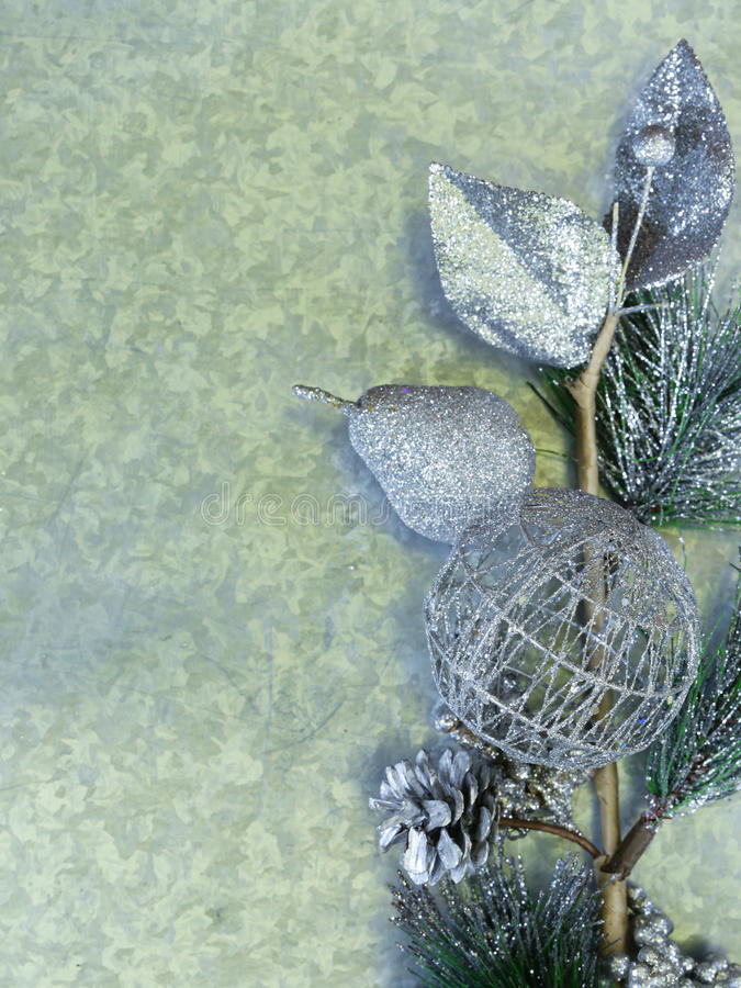 Julbakgrundsgran förgrena sig med silvergarneringar royaltyfri fotografi