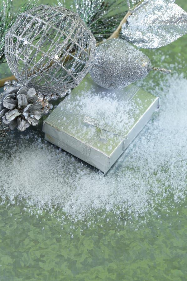 Julbakgrundsgran förgrena sig med silvergarneringar arkivfoton