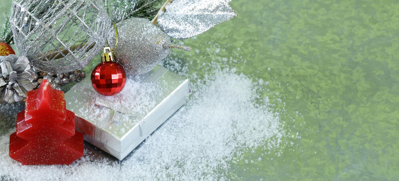 Julbakgrundsgran förgrena sig med silvergarneringar fotografering för bildbyråer