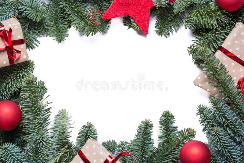 Julbakgrundsram med granfilialer och annan decoratio royaltyfri fotografi