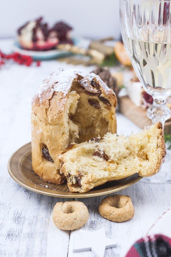 Julbakning med bär i Italien Traditionella sötsaker för vinterferierna Ljus bakgrund och festlig mat royaltyfri fotografi