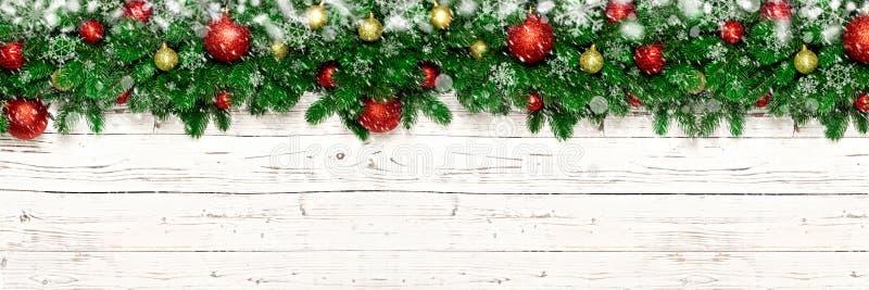 Julbaner på vit träbakgrund med snö, snöflinga, granträdfilialer Bästa sikt för Xmas-garnering med kopieringsutrymme arkivfoton