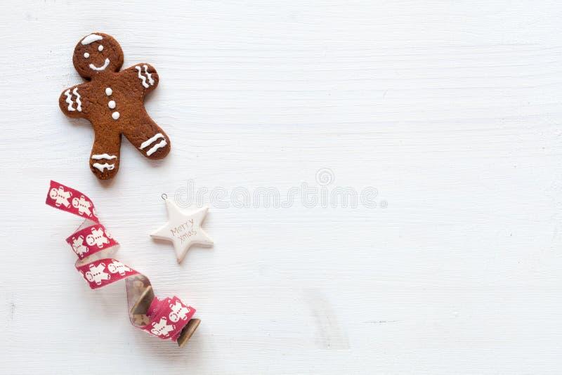 Julbegrepp - pepparkaka på vit bakgrund arkivfoton
