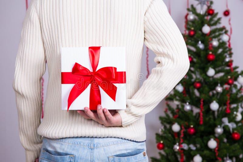 Julbegreppet - man nederlaggåvaasken bak baksida fotografering för bildbyråer