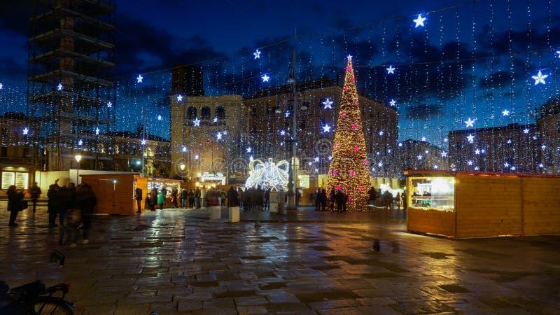 Julbelysning och marknad på natten royaltyfria foton