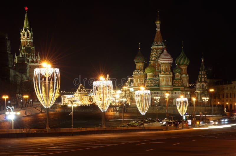 Julbelysningar på den stora Moskvoretsky bron, Moskva, Ryssland fotografering för bildbyråer