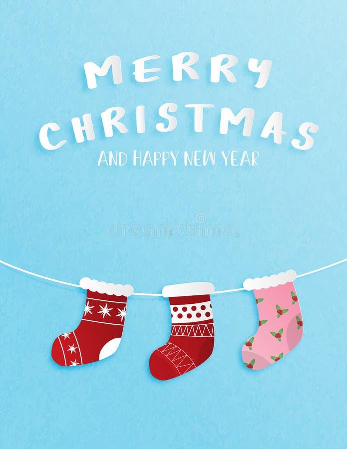 Julberöm och hälsning- eller inbjudankort för lyckligt nytt år i pappers- klippt stil med hängande julsockagarnering på royaltyfri illustrationer