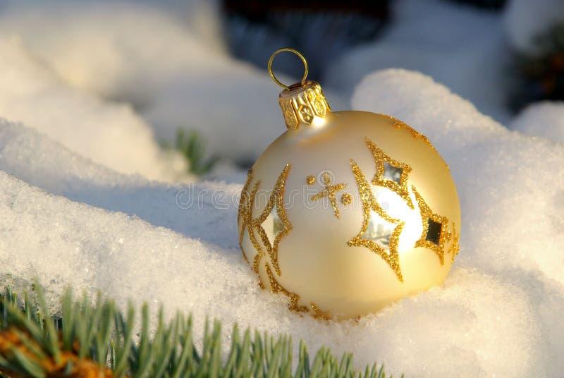 Julboll i snow royaltyfri bild