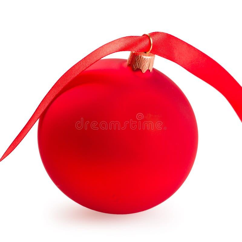 Julboll med ett rött band royaltyfria bilder