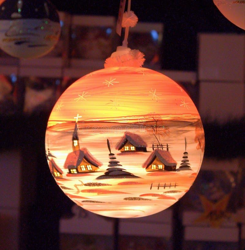 Julboll med vinterlandskap arkivfoto