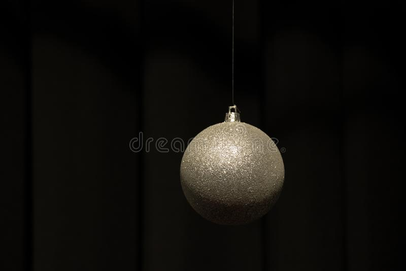 Julbollar för en hängande silver på mörk bakgrund fotografering för bildbyråer