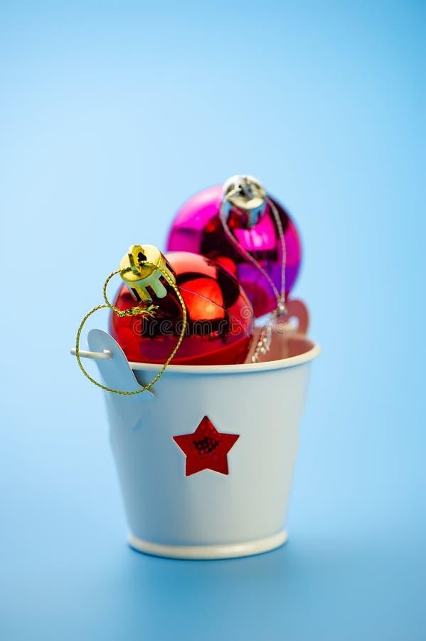 Julbollar i en ljusstake på en blå bakgrund royaltyfri fotografi