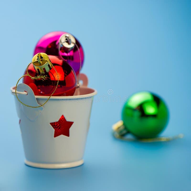 Julbollar i en ljusstake på en blå bakgrund royaltyfria foton