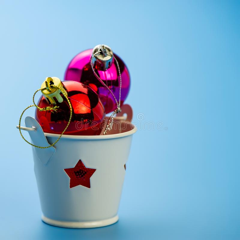 Julbollar i en ljusstake på en blå bakgrund royaltyfria bilder