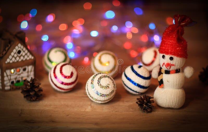 Julbollar och en leksaksnögubbe på jultabellen fotografering för bildbyråer