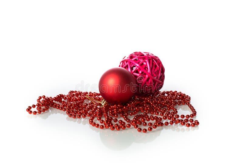 Julbollar och pärlor royaltyfri bild
