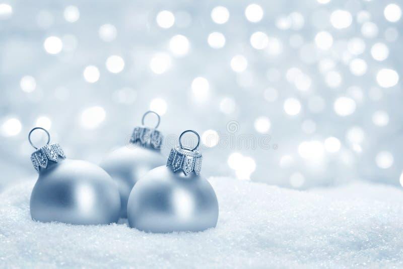 Julbollar på snow royaltyfri bild