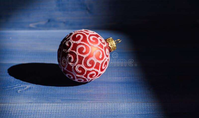 Julbollgarnering på träbakgrund för blå tappning Dekorera julträdet med traditionell leksaker Symbol av royaltyfri foto