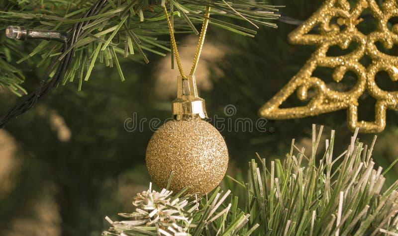 Julbollhängning på julgranen Ljusen exponerar royaltyfria foton