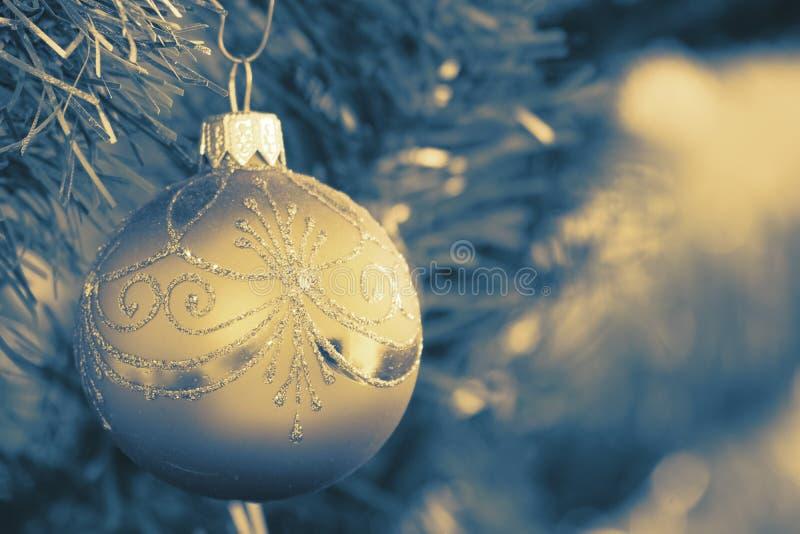 Julbollhängning på julgranen Ljusen exponerar arkivbilder