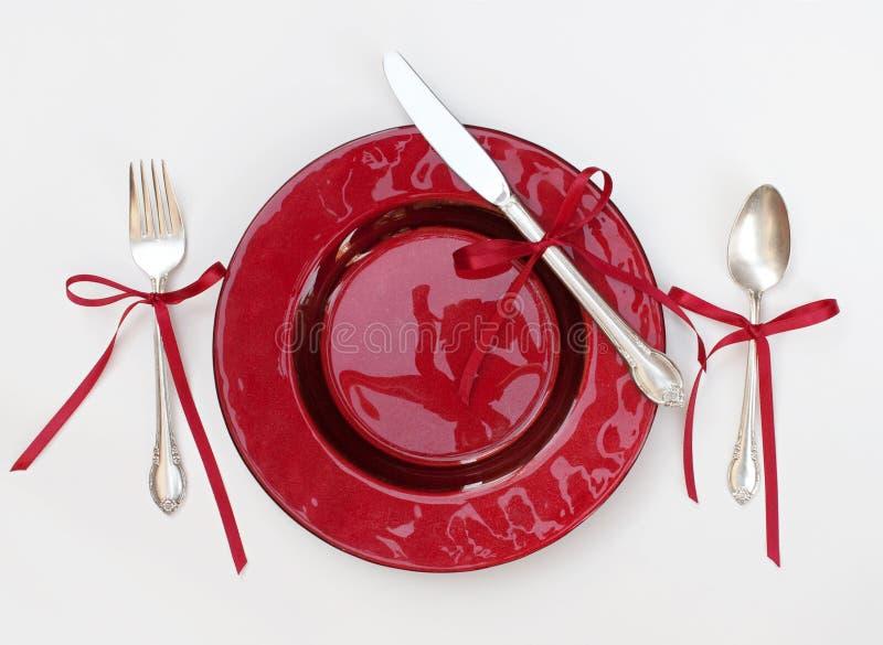 Julbordsservisinställning med röda band royaltyfria bilder