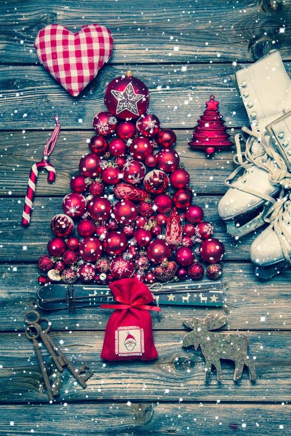 Juldecoraion i rött och vitt på trä i lantlig tappning s royaltyfria foton