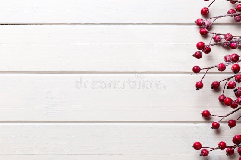 Juldekor på den trävita bakgrunden fotografering för bildbyråer