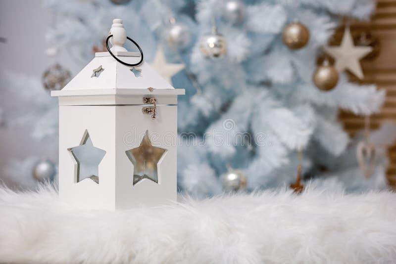 Juldekoration med vackra delar och leksaker royaltyfria foton