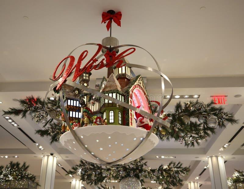 Juldekoren med tror aktiontema på det Macy flaggskepplagret på Herald Square i New York royaltyfria bilder
